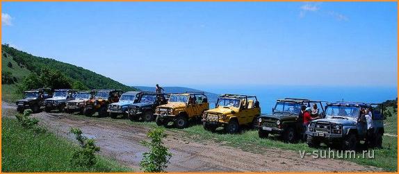 Добраться до озера Рица можно на УАЗике