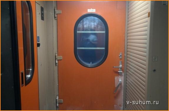 Автоматическая дверь в вагоне