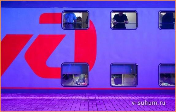 Двухэтажный поезд на перроне в Москве